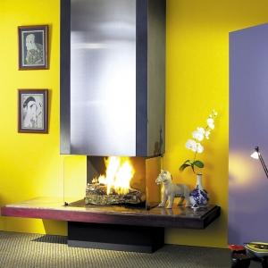 Wykorzystując tradycyjną formę kominka podkreśloną zastosowaniem paleniska otwartego Richard Le Droff dodał temu nowoczesnemu salonowi odrobinę klasycyzmu.