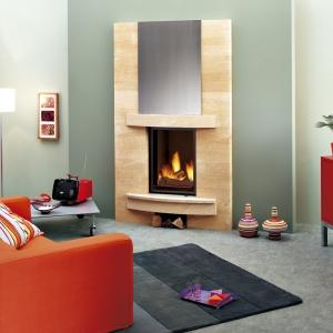 Richard Le Droff udowadnia, iż można łączyć ze sobą klasyczny kamień i nowoczesny metal. Delikatny beż obudowy i niewielki schowek na drewno pod wkładem dodają ciepła i naturalnego charakteru całemu wnętrzu.