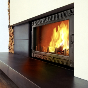 Popularnym rozwiązaniem jest takie zagospodarowanie przestrzeni na składowanie drewna, by tworzyło pionową ścianę. (fot. Fondis)
