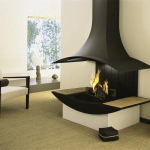 Nowoczesność często idzie w parze z minimalizmem. Proste ściany i surowe meble stanowią tło dla wyszukanej formy kominka będącego w centrum uwagi. (fot. Supra)