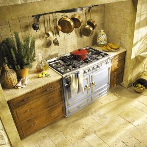 Wnętrze kuchni rustykalnej powinno być utrzymane w ciepłych barwach z przewagą drewnianych elementów (fot. La Cornue)