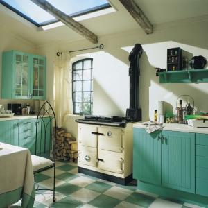 Chłodne barwy nie muszą oznaczać nieprzyjaznego wnętrza. Odpowiedni dobór dodatków sprawi, iż kuchnia stanie się przytulna (fot. AGA)