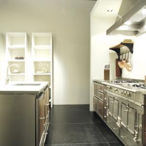 Aluminiowe powierzchnie  La Cornue wyglądają efektownie, lecz ciężko utrzymać je w czystości