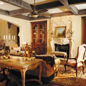 Nadmierne, krzykliwe bogactwo francuskich wnętrz XVII wieku znalazło odbicie również w projektach kominków, nadając im przeróżne formy pełne brązowych i złoconych ozdób. (fot.M.E. Honeycutt)