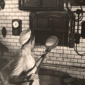 Przedwojenny piekarz przy piecu chlebowym, reprodukcja z Markttordnung im pommerschen Bild - zasoby Książnicy Pomorskiej