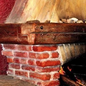 W nowej realizacji wykorzystano bardzo dobrze zachowane belki modrzewiowe, pochodzące z dawnej stodoły. Później stały się one inspiracją do wykonania stropu w całej restauracji.