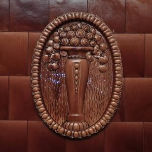 Zachowano duży element dekoracyjny, który ozdabiał kolumnę zabytkowego pieca.  W nowym projekcie stał się głównym motywem zdobiącym kominek otwarty.