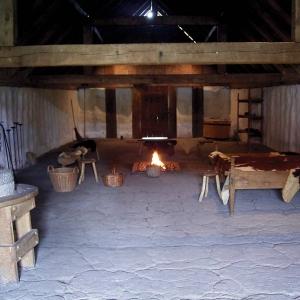 Również w Europie popularne było ognisko na środku pomieszczenia - rekonstrukcja chaty Wikingów. fot. Frank Vincentz