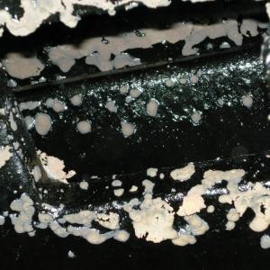 SKUTKI NIEZASTOSOWANIA SIĘ DO ZASAD UŻYTKOWANIA WKŁADU Z PŁASZCZEM WODNYM LUB JEGO WADLIWEJ INSTALACJI: Wykwity i zapieczony kondensat na deflektorach - przyczyną może być za niska temperatura zładu wodnego, nieprawidłowe nastawy temperatur na centralce sterującej (fot. Hajduk)
