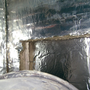Stosując wełnę mineralną do izolacji nie możemy dopuścić do pozostawienia fragmentów niezabezpieczonych folią aluminiową. (fot. Jotul)
