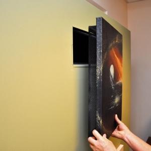 Otwór rewizyjny okapu można powiększyć do dowolnych rozmiarów i zasłonić obrazem naklejonym na płytę izolacyjną, do której przytwierdzona jest ażurowa rama zapewniająca wentylację obudowy.
