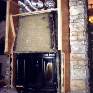 Użycie palnego materiału jako konstrukcji obudowy kominkowej może prowadzić do tragedii (fot. Jotul)