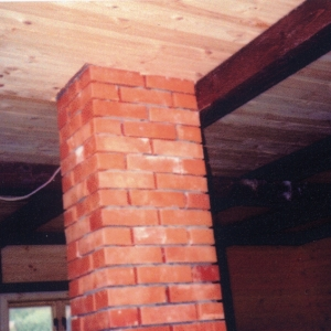 Zbyt blisko umieszczona belka drewniana w przypadku samozapłonu sadzy w kominku może doprowadzić do samozapłonu konstrukcji drewnianej domu. fot. Jotul