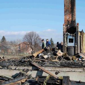 Skutki zapalenia się konstrukcji drewnianej domu. fot. Jotul