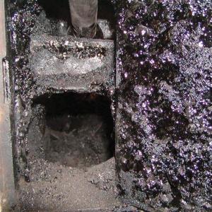 Wyczystka - efekt nie czyszczenia komina i palenia mokrym drewnem. fot. Jotul