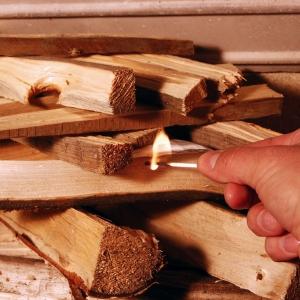 Po ułożeniu szczapek drewna wkładamy między nie kostkę podpałki (jeżeli drewno jest dobrze przygotowane wystarczy jedna sztuka) i po sprawdzeniu czy wszystkie kanały doprowadzające powietrze (pierwsze i wtórne) do paleniska są otwarte podpalamy naszą magiczną kostkę i zamykamy drzwi kominka.