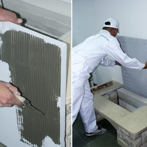 Ściana tylna. Po zagruntowaniu płyty nakładamy na nią oraz na ścianę klej przy pomocy pacy zębatej.