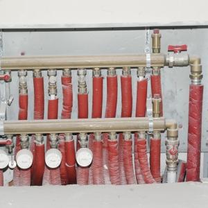 Moduły RTL zamontowane na belce rozdzielacza na zaworach powrotnych, do nich przyłączone są pętle ogrzewania podłogowego; na zaworach zasilających montuje się wtedy zawory odcinające (fot. Piotr Podskoczym)