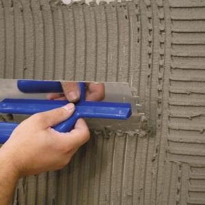 Elementy z kamienia montuje się na tzw grzebień, aby zapewnić równomierne rozłożenie kleju pod elementem. fot. www.rogala.com.pl