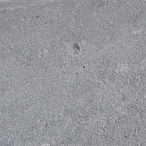 Rysunek 2 B Blaszkowy steatyt MammuttiStone, który może być drobno lub też gruboziarnisty. Nadaje się najlepiej do wykonywania tych elementów kominków, w których można efektywnie wykorzystać zależność pomiędzy foliacją oraz przewodnością cieplną.