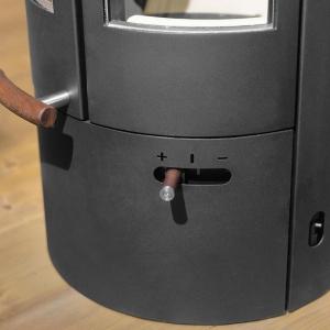 Piec Pi został wyposażony w opływową rączkę i zgrabny regulator z drewna tekowego. fot. Austroflamm