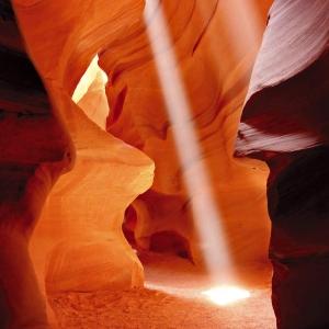 Wymywany przez powodziebłyskawiczne piaskowiec, stworzył na przełomie milionów lat niesamowite krajobrazy. Kanion Antylopy w amerykańskim stanie Arizona. (fot. csourav - Fotolia.com)