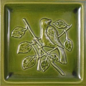 Relief wypukły pozyskany przez odlew z formy pokryty szkliwem transparentnym zielonym fot. Kafel-Art