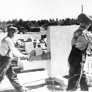 Juhani Lehikoinen (Jusi) późniejszy twórca firmy NunnaUuni Oy z Ojcem tnie steatyt -  kopalnia  w Nunnanlahti  lata 50-te