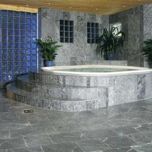 Nawet mokry steatyt nigdy nie będzie śliski, co czyni go idealnym materiałem na podłogi w łazienkach