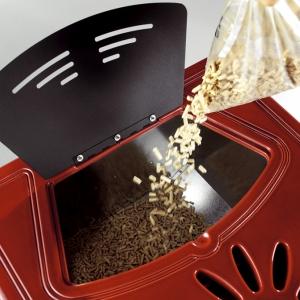 Bieżąca obsługa urządzeń na pellety ogranicza się jedynie do zasypania pellet do zbiornika w piecu lub kasecie, ustawienia parametrów pracy urządzenia i usuwania popiołu. (fot. Koperfam)