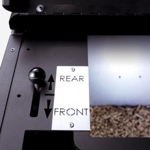Przełącznik nadmuchu powietrza służy do kierowania strumienia gorącego powietrza do przodu lub tyłu urządzenia. (fot. Koperfam)