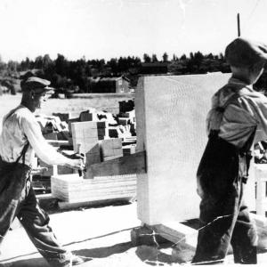 Juhani Lehikoinen wraz z ojcem tnie steatyt. Kopalnia w Nunnanlahti lata 50-te. /fot. NunnaUuni