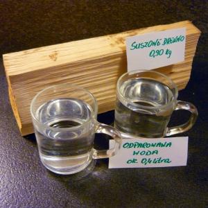Z jednej szczapy odparowały prawie dwie szklanki wody, a właściwie płynu o nieznanym nam bliżej składzie chemicznym. fot. OSKP