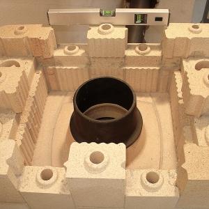 TermoKaust® składa się z 203 elementów, które należy ułożyć na zaprawie szamotowej. Kształtki posiadają zamki i wpusty, które samoistnie się dystansują, tworząc w ten sposób szczelinę do wypełnienia zaprawą.Fot. Kafel-Kar