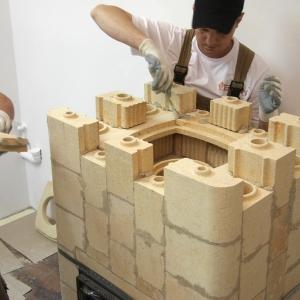 Układanie kształtek szamotowych, jak i cały montaż, to łatwa praca, pod warunkiem stałej kontroli poziomów i pionów w każdej budowanej warstwie. Fot. Kafel-Kar