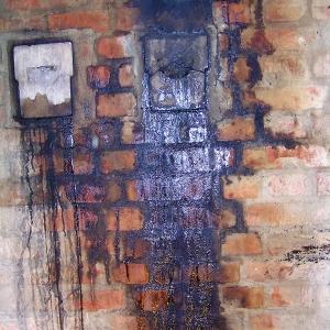 Przykład zawilgocenia komina ceglanego, FOT. SCHIEDEL